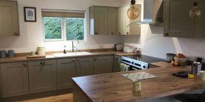kitchen-inside-a-timberlog-cabin-600x300