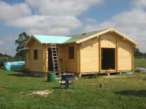 construction-of-log-cabin-with-95mm-laminated-logs (40)